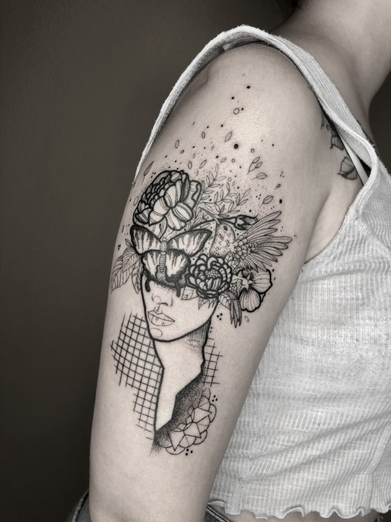 Foto de tatuagem feita por Isha Ravi (@isharavi.tattoo)