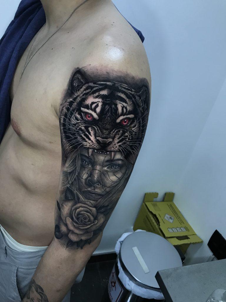 Foto de tatuagem feita por Farley Leon (@farleyleonart)