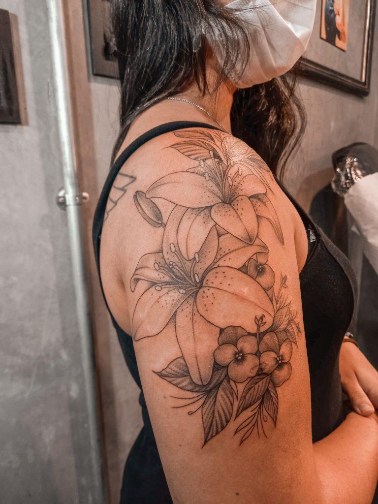 Foto de tatuagem feita por Carol Bee (@carolbeetattoo)