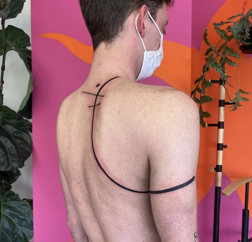 Foto de tatuagem feita por Lalari (@lalalalalalari)